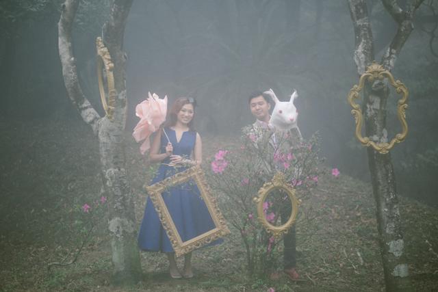 hughshue-perfectproposal-hongkong-peakgarden-engagement-aliceinwonderland-vintage-foggy-016
